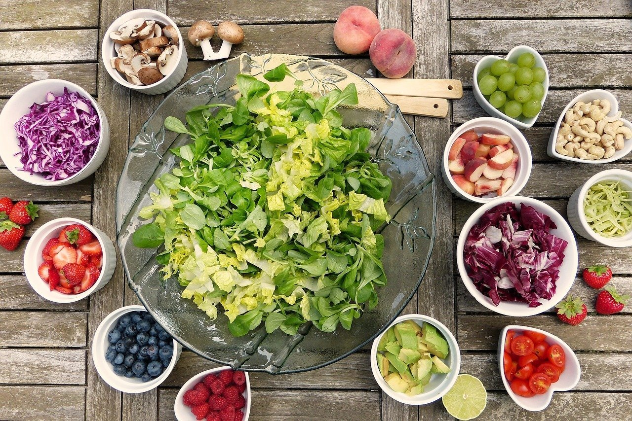 Zöldségek és gyümölcsök tálakban